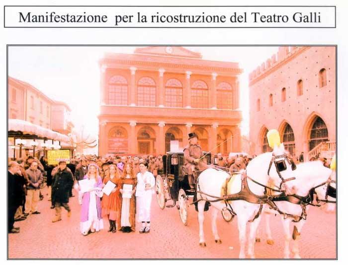 L'abbraccio al Teatro Poletti del 2000 promosso da Rimini città d'arte